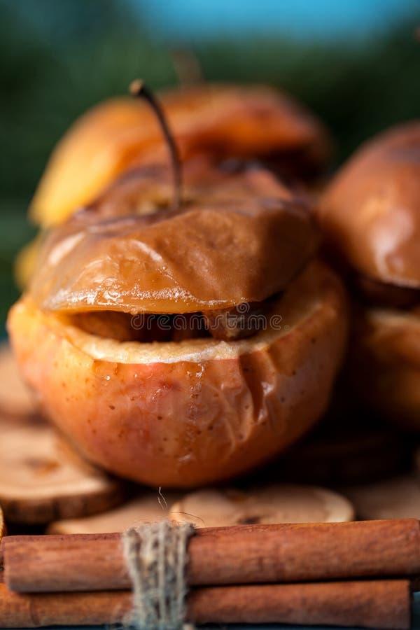 Ψημένα μήλα με την κανέλα στο αγροτικό υπόβαθρο Επιδόρπιο φθινοπώρου ή χειμώνα Φωτογραφία κινηματογραφήσεων σε πρώτο πλάνο νόστιμ στοκ φωτογραφία