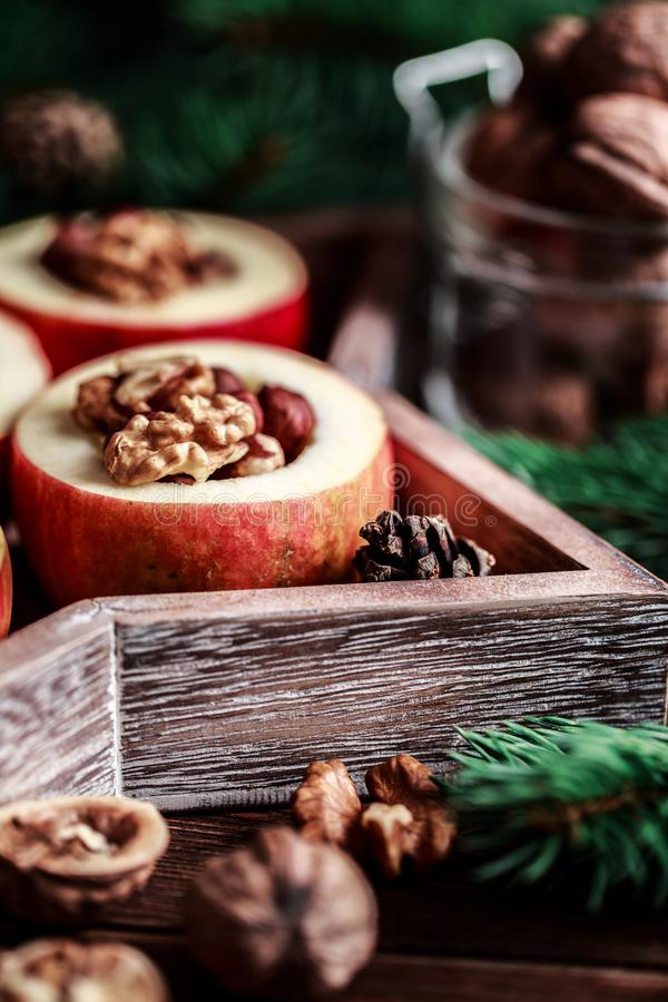 Ψημένα μήλα με την κανέλα στο αγροτικό υπόβαθρο Επιδόρπιο φθινοπώρου ή χειμώνα Φωτογραφία κινηματογραφήσεων σε πρώτο πλάνο νόστιμ στοκ φωτογραφίες