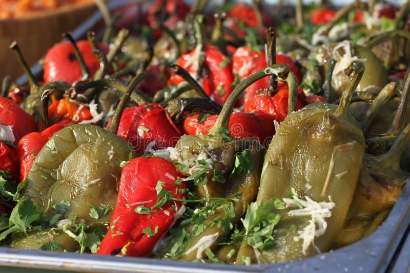 Ψημένα ξεφλουδισμένα πιπέρια για τη σαλάτα σε ένα φως της ημέρας Κόκκινα και πράσινα ξεφλουδισμένα πιπέρια με το σκόρδο και το μα στοκ φωτογραφίες με δικαίωμα ελεύθερης χρήσης