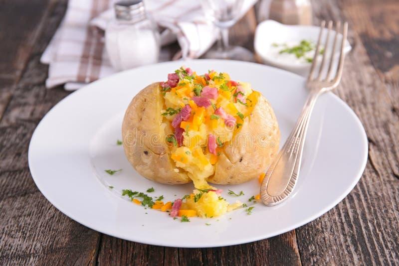 Ψημένα πατάτα και ζαμπόν στοκ εικόνα