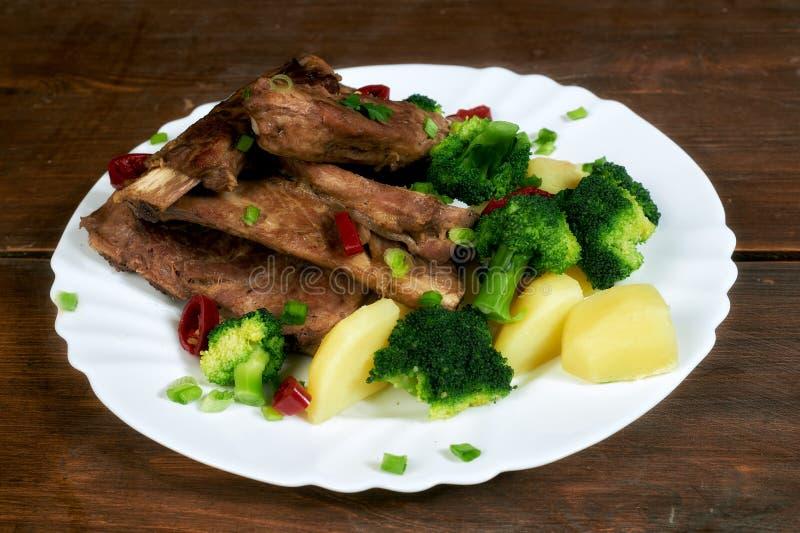 Ψημένα πλευρά χοιρινού κρέατος με τις πατάτες και το μπρόκολο στοκ φωτογραφία με δικαίωμα ελεύθερης χρήσης
