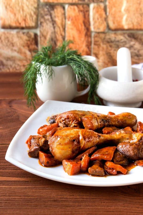 Ψημένα πόδια κοτόπουλου με τα καρότα και τα μανιτάρια στοκ φωτογραφίες με δικαίωμα ελεύθερης χρήσης