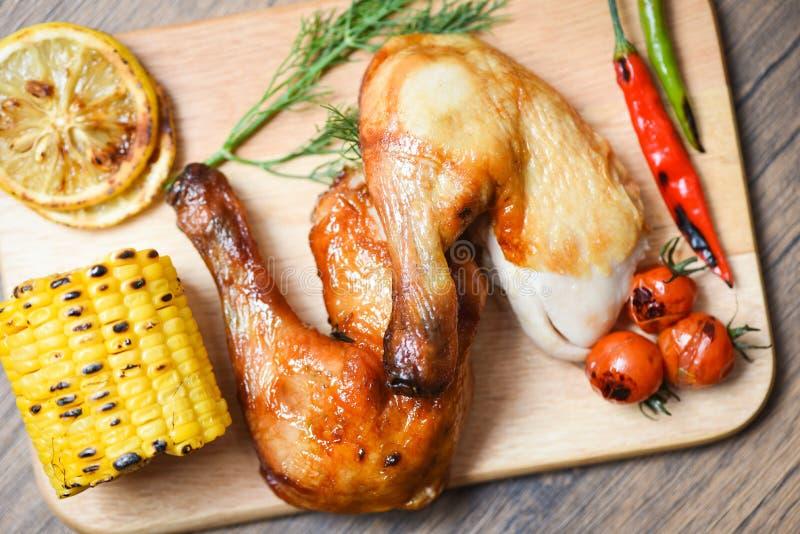 Ψημένα πόδια κοτόπουλου στον ξύλινο τέμνοντα πίνακα με τα πικάντικα κ στοκ φωτογραφία με δικαίωμα ελεύθερης χρήσης