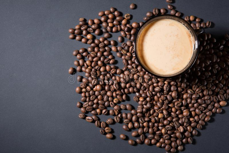 Ψημένα σιτάρια και ένα φλυτζάνι του αρωματικού καφέ σε έναν πίνακα κατά τρόπο σκοτεινό στοκ εικόνες με δικαίωμα ελεύθερης χρήσης
