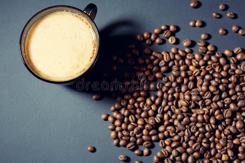 Ψημένα σιτάρια και ένα φλυτζάνι του αρωματικού καφέ σε έναν πίνακα κατά τρόπο σκοτεινό στοκ φωτογραφία με δικαίωμα ελεύθερης χρήσης