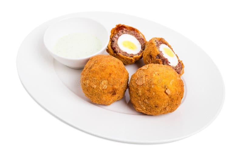 Ψημένα σκωτσέζικα αυγά με τη σάλτσα ταρτάρου στοκ φωτογραφίες