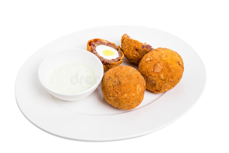 Ψημένα σκωτσέζικα αυγά με τη σάλτσα ταρτάρου στοκ εικόνες