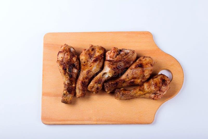 Ψημένα στη σχάρα αντικνήμια κοτόπουλου σε έναν ξύλινο δίσκο στοκ φωτογραφίες με δικαίωμα ελεύθερης χρήσης