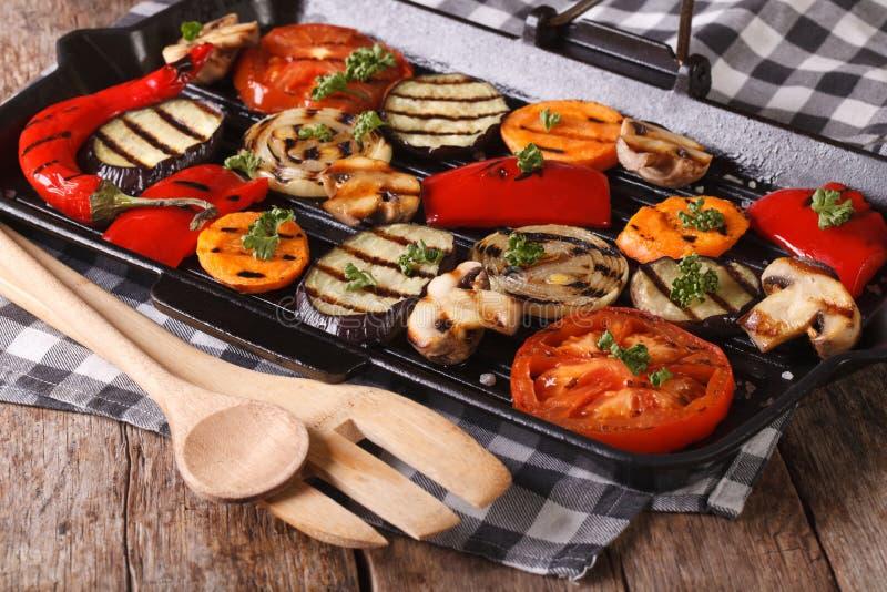 Ψημένα στη σχάρα λαχανικά: πιπέρια, ντομάτα, κρεμμύδι, στην παν σχάρα στοκ φωτογραφίες