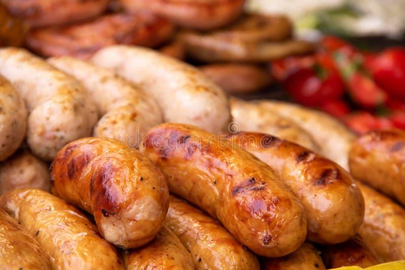 Ψημένα στη σχάρα βαυαρικά λουκάνικα με τα λαχανικά στα τρόφιμα οδών fastivale στοκ εικόνα