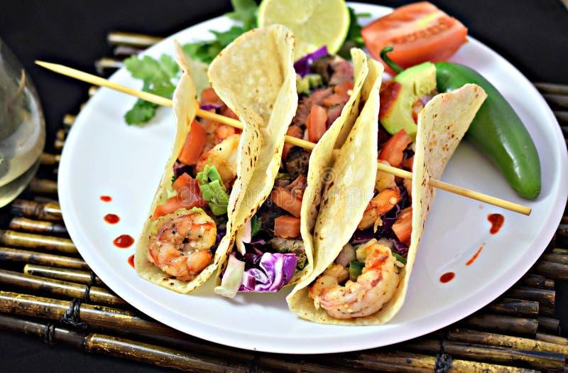 Ψημένα στη σχάρα γαρίδες και βόειο κρέας Tacos στοκ εικόνες