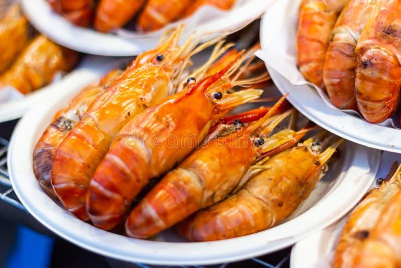 Ψημένα στη σχάρα θαλασσινά γαρίδων στον πίνακα στην αγορά στοκ φωτογραφία με δικαίωμα ελεύθερης χρήσης