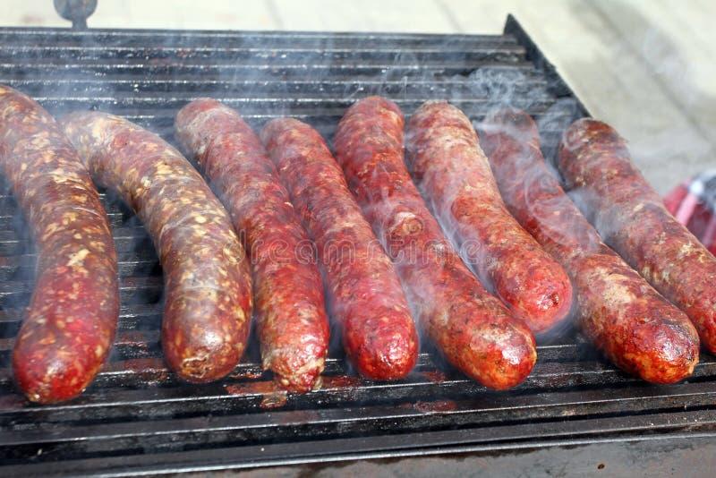 Ψημένα στη σχάρα καπνισμένα λουκάνικα υπαίθρια Κρέας που ψήνεται bbq σχαρών Λιχουδιές κρέατος Σπιτικά λουκάνικα λουκάνικων στη σχ στοκ φωτογραφίες