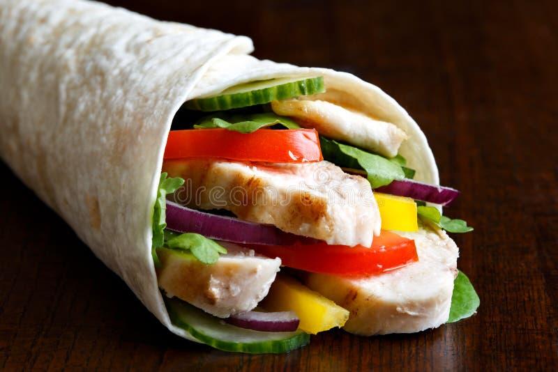 Ψημένα στη σχάρα κοτόπουλο λεπτομέρειας OS και tortilla σαλάτας περικάλυμμα στο σκοτεινό backgr στοκ εικόνα με δικαίωμα ελεύθερης χρήσης