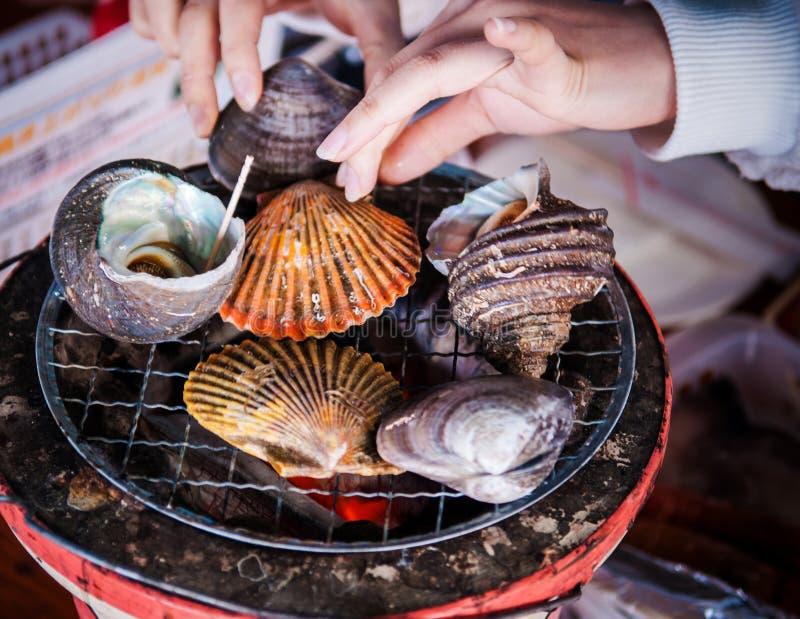 Ψημένα στη σχάρα κοχύλια θάλασσας, Ehime, Χιροσίμα, Ιαπωνία στοκ εικόνα