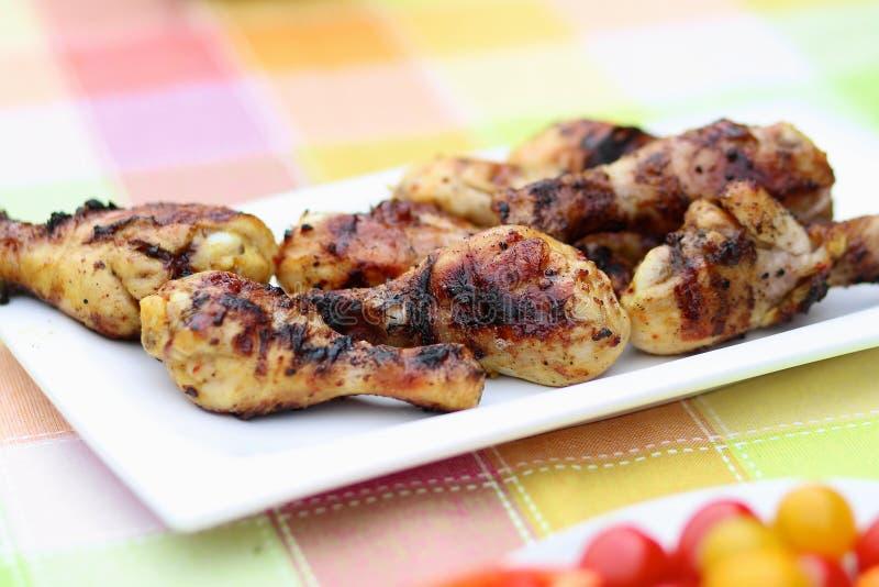 Ψημένα στη σχάρα κρέας και λαχανικά στον πίνακα πικ-νίκ στοκ φωτογραφίες με δικαίωμα ελεύθερης χρήσης