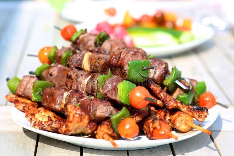 Ψημένα στη σχάρα κρέας και λαχανικά στον πίνακα στοκ εικόνες