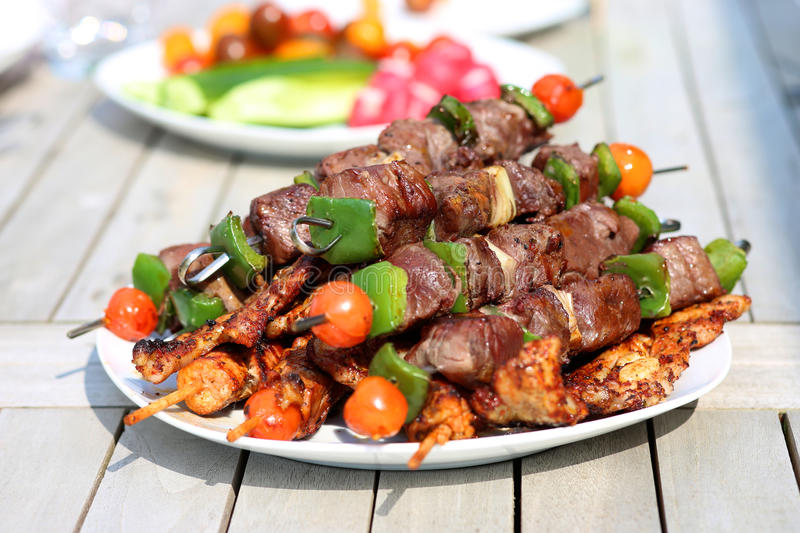 Ψημένα στη σχάρα κρέας και λαχανικά στον πίνακα στοκ εικόνα με δικαίωμα ελεύθερης χρήσης
