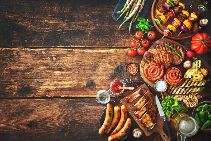 Ψημένα στη σχάρα κρέας και λαχανικά στον αγροτικό ξύλινο πίνακα στοκ φωτογραφία με δικαίωμα ελεύθερης χρήσης