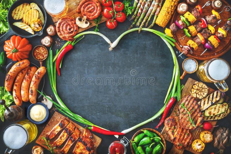 Ψημένα στη σχάρα κρέας και λαχανικά στο αγροτικό πιάτο πετρών στοκ εικόνα