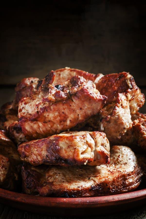 Ψημένα στη σχάρα κρέατα, καυτά κομμάτια σε ένα πιάτο αργίλου, εκλεκτική εστίαση στοκ φωτογραφία με δικαίωμα ελεύθερης χρήσης
