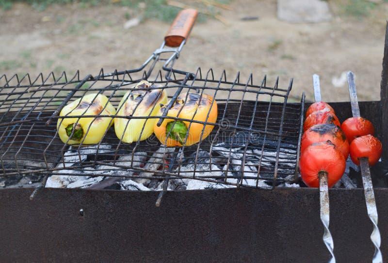 Ψημένα στη σχάρα λαχανικά: γλυκά κίτρινα πιπέρια και κόκκινο μαγειρευμένο ντομάτες σύνολο στη σχάρα Η έννοια της υγιούς κατανάλωσ στοκ φωτογραφίες