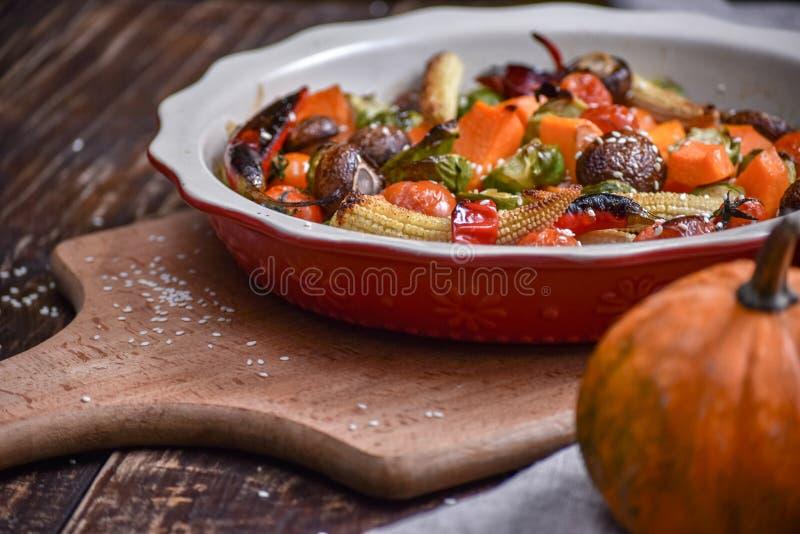 ψημένα στη σχάρα λαχανικά Νηστήσιμες επιλογές Ορεκτική μελιτζάνα, πιπέρι, παντζάρια, ντομάτα και patisson στο πιάτο Δίκρανο, μαχα στοκ εικόνες με δικαίωμα ελεύθερης χρήσης