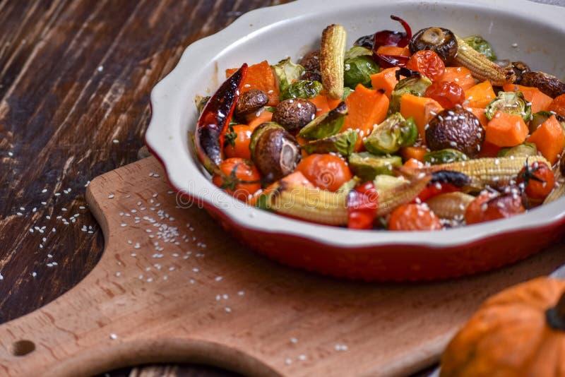 ψημένα στη σχάρα λαχανικά Νηστήσιμες επιλογές Ορεκτική μελιτζάνα, πιπέρι, παντζάρια, ντομάτα και patisson στο πιάτο Δίκρανο, μαχα στοκ εικόνα με δικαίωμα ελεύθερης χρήσης