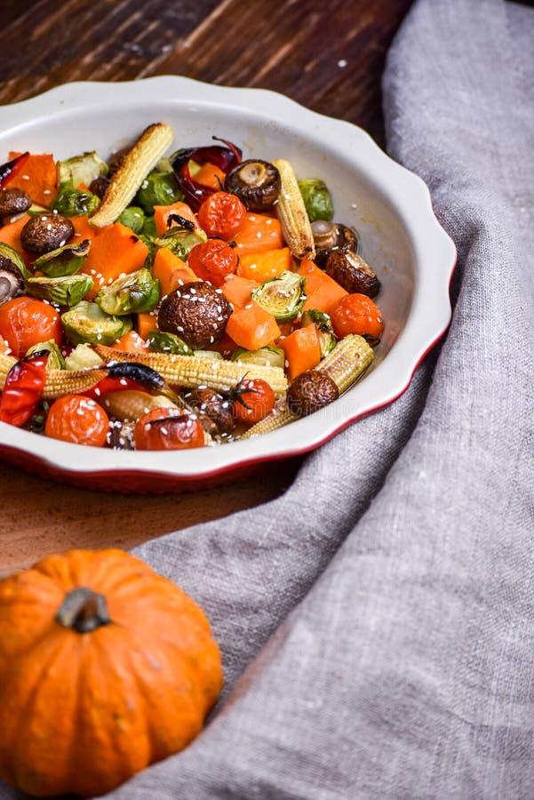 ψημένα στη σχάρα λαχανικά Νηστήσιμες επιλογές Ορεκτική μελιτζάνα, πιπέρι, παντζάρια, ντομάτα και patisson στο πιάτο Δίκρανο, μαχα στοκ φωτογραφία με δικαίωμα ελεύθερης χρήσης