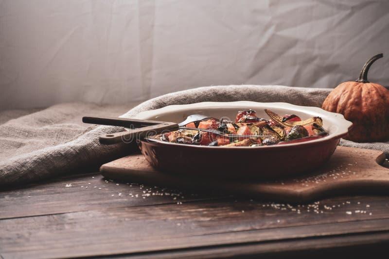 ψημένα στη σχάρα λαχανικά Νηστήσιμες επιλογές Ορεκτική μελιτζάνα, πιπέρι, παντζάρια, ντομάτα και patisson στο πιάτο Δίκρανο, μαχα στοκ εικόνες
