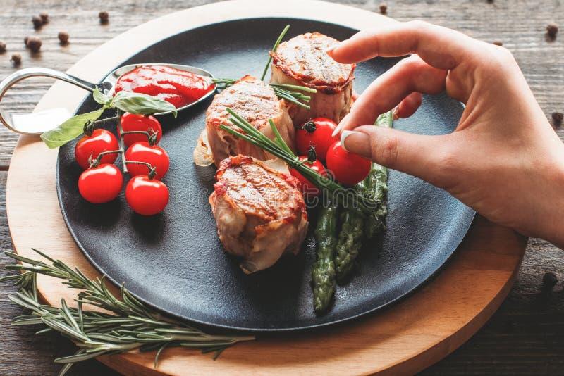 Ψημένα στη σχάρα μενταγιόν χοιρινού κρέατος ντεκόρ στιλίστων τροφίμων χοιρινό κρέας στοκ εικόνα