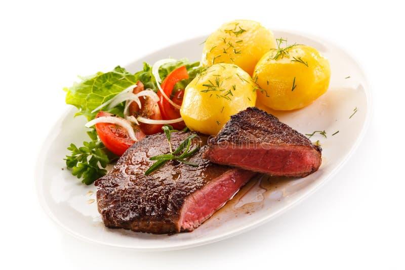 Ψημένα στη σχάρα μπριζόλα και λαχανικά βόειου κρέατος στοκ εικόνα με δικαίωμα ελεύθερης χρήσης