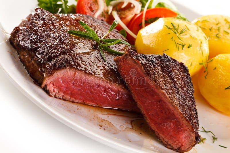 Ψημένα στη σχάρα μπριζόλα και λαχανικά βόειου κρέατος στοκ φωτογραφίες με δικαίωμα ελεύθερης χρήσης