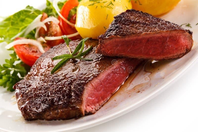 Ψημένα στη σχάρα μπριζόλα και λαχανικά βόειου κρέατος στοκ εικόνες με δικαίωμα ελεύθερης χρήσης