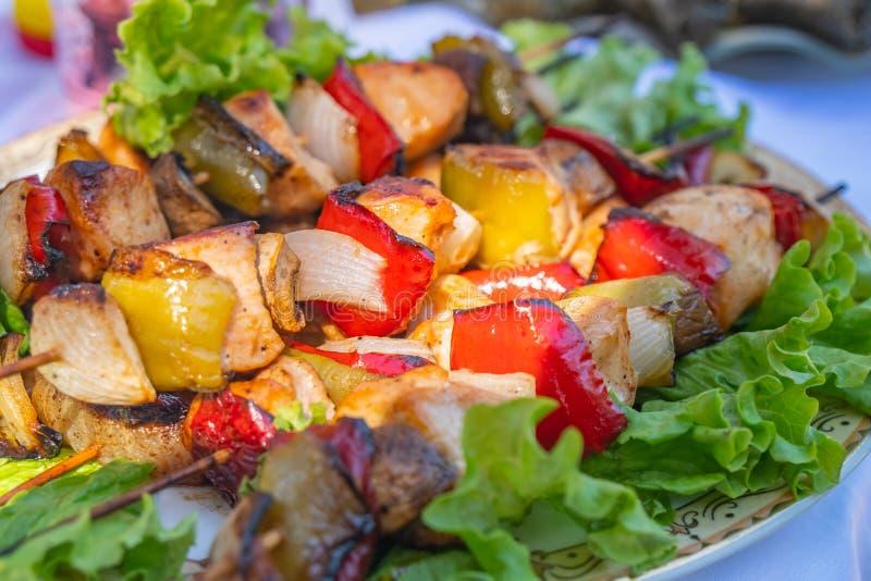 Ψημένα στη σχάρα οβελίδια κοτόπουλου με τα καρυκεύματα και τα λαχανικά στοκ εικόνες