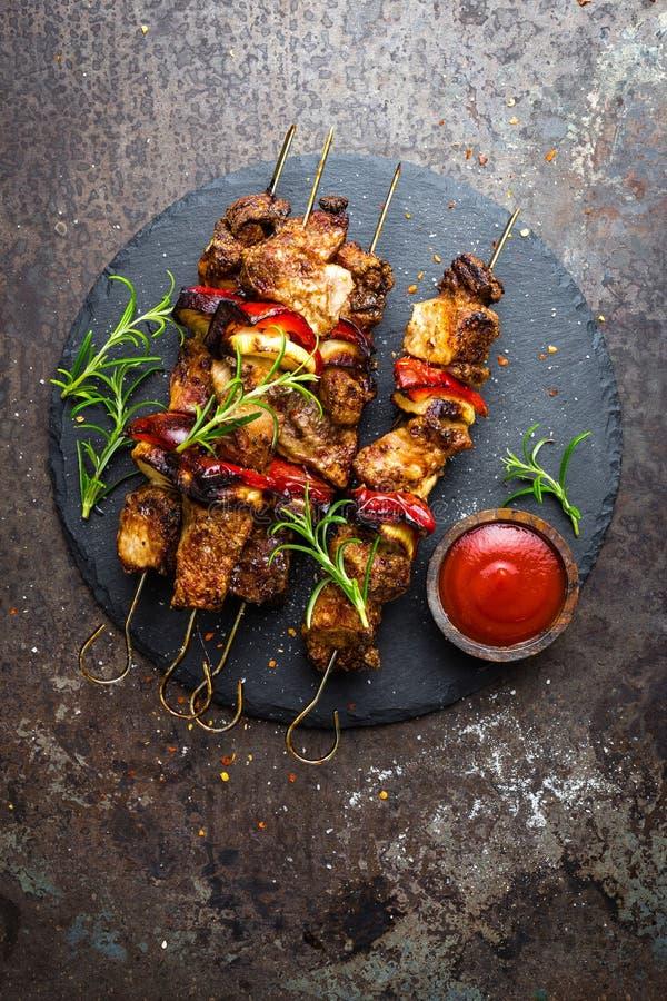 Ψημένα στη σχάρα οβελίδια κρέατος, shish kebab με το κρεμμύδι και το γλυκό πιπέρι στοκ φωτογραφία με δικαίωμα ελεύθερης χρήσης