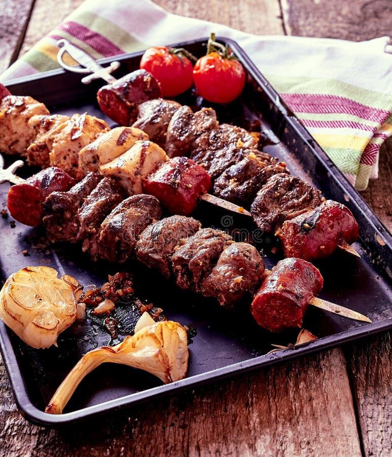 Ψημένα στη σχάρα οβελίδια και λαχανικά κρέατος στο καυτό τηγάνι στοκ εικόνες
