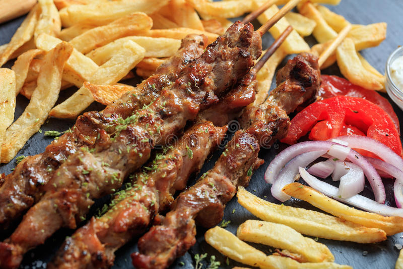 Ψημένα στη σχάρα οβελίδια κρέατος και δευτερεύον πιάτο στοκ εικόνες με δικαίωμα ελεύθερης χρήσης