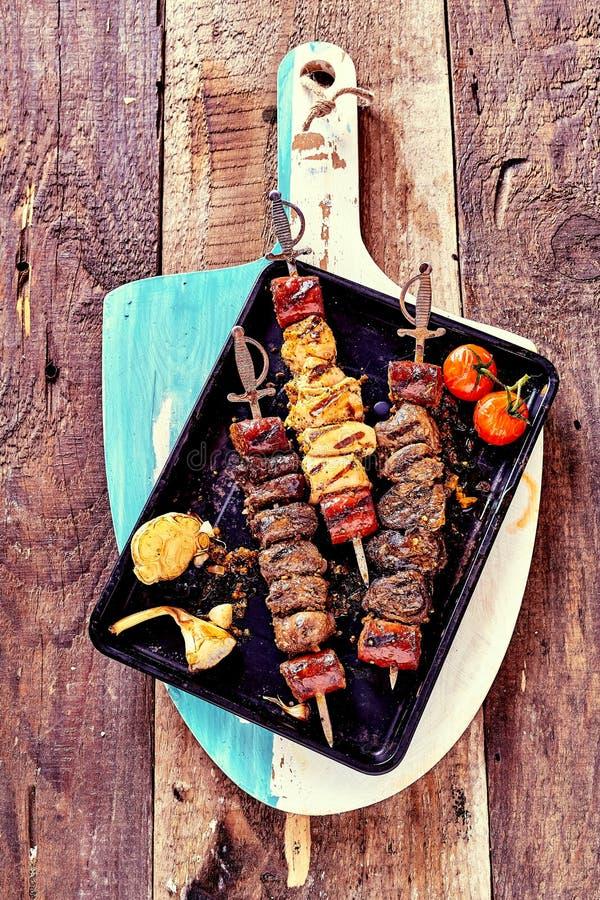 Ψημένα στη σχάρα οβελίδια κρέατος με τα φρέσκα συστατικά στοκ εικόνες