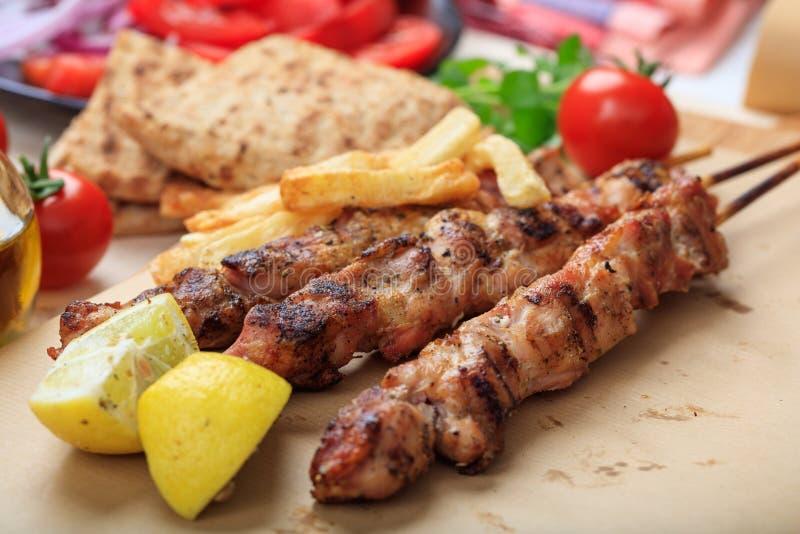 Ψημένα στη σχάρα οβελίδια κρέατος σε έναν πίνακα στοκ εικόνα με δικαίωμα ελεύθερης χρήσης