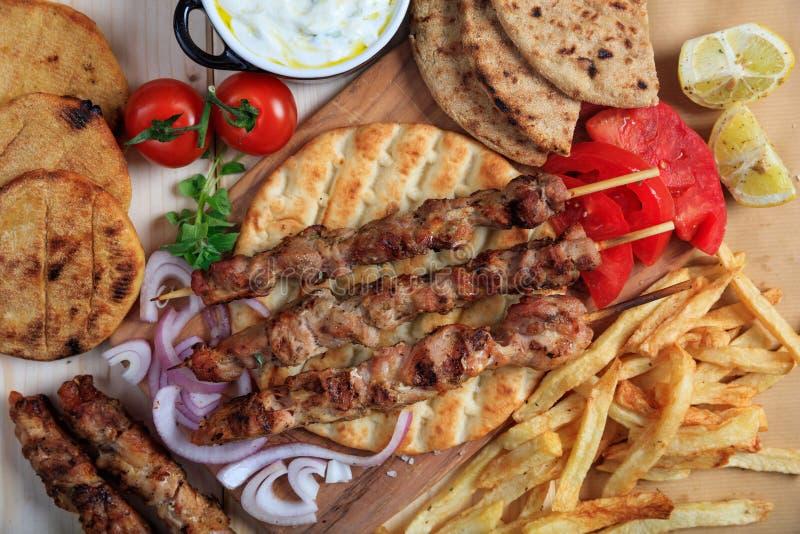 Ψημένα στη σχάρα οβελίδια κρέατος σε ένα ψωμί pita - τοπ άποψη στοκ φωτογραφία με δικαίωμα ελεύθερης χρήσης