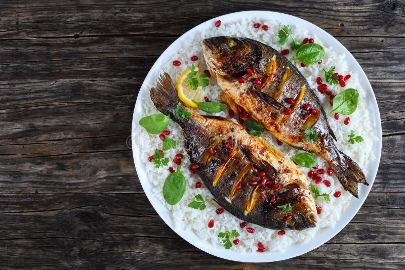 Ψημένα στη σχάρα ολόκληρα ψάρια στο κρεβάτι του ρυζιού στοκ φωτογραφίες με δικαίωμα ελεύθερης χρήσης