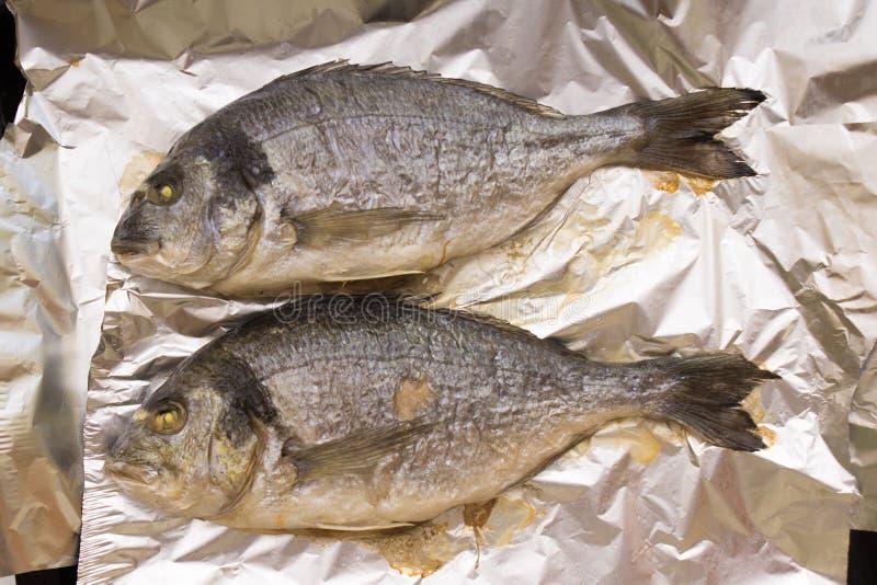 Ψημένα στη σχάρα ολόκληρα ψάρια dorado που μαγειρεύονται στο φύλλο αλουμινίου στοκ φωτογραφία