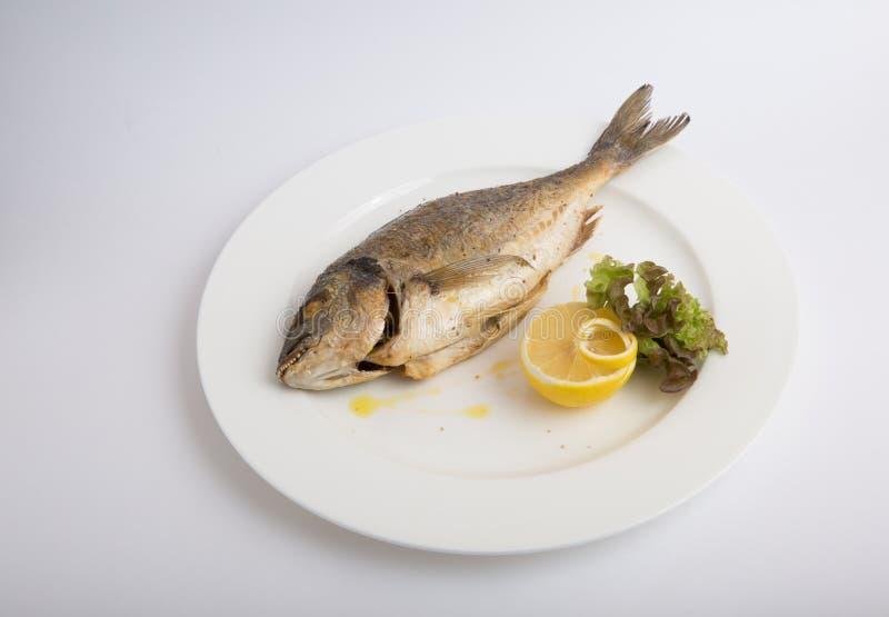 Ψημένα στη σχάρα ολόκληρα ψάρια dorado στοκ εικόνες