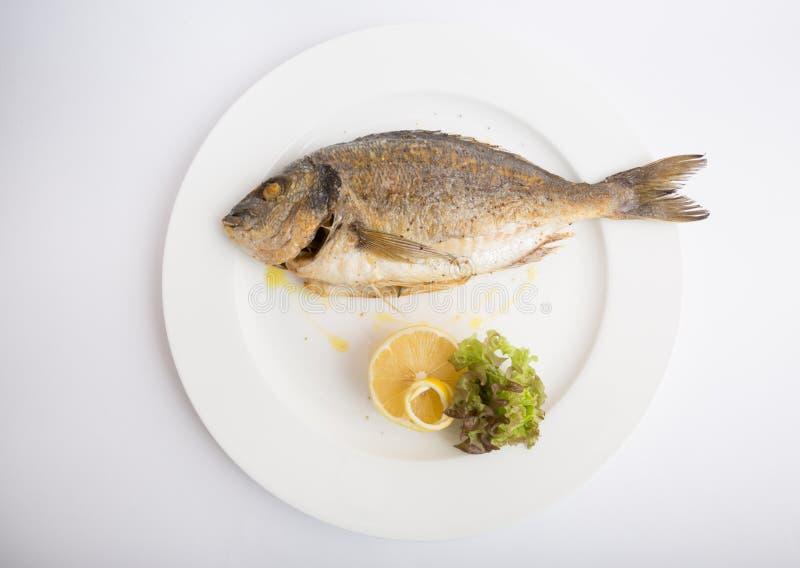 Ψημένα στη σχάρα ολόκληρα ψάρια dorado στοκ φωτογραφία