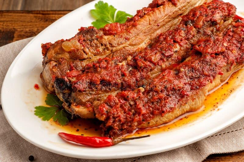 Ψημένα στη σχάρα πλευρά χοιρινού κρέατος στην πικάντικη σάλτσα στοκ εικόνα