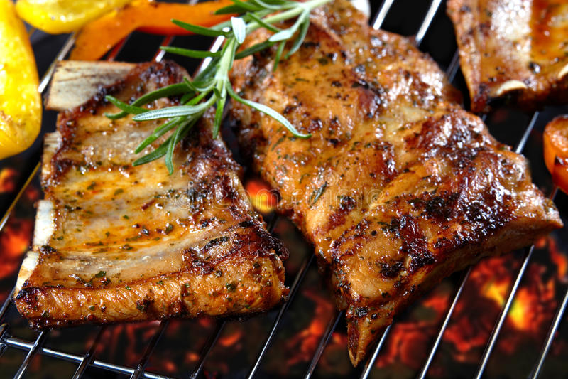 Ψημένα στη σχάρα πλευρά χοιρινού κρέατος στοκ φωτογραφία με δικαίωμα ελεύθερης χρήσης