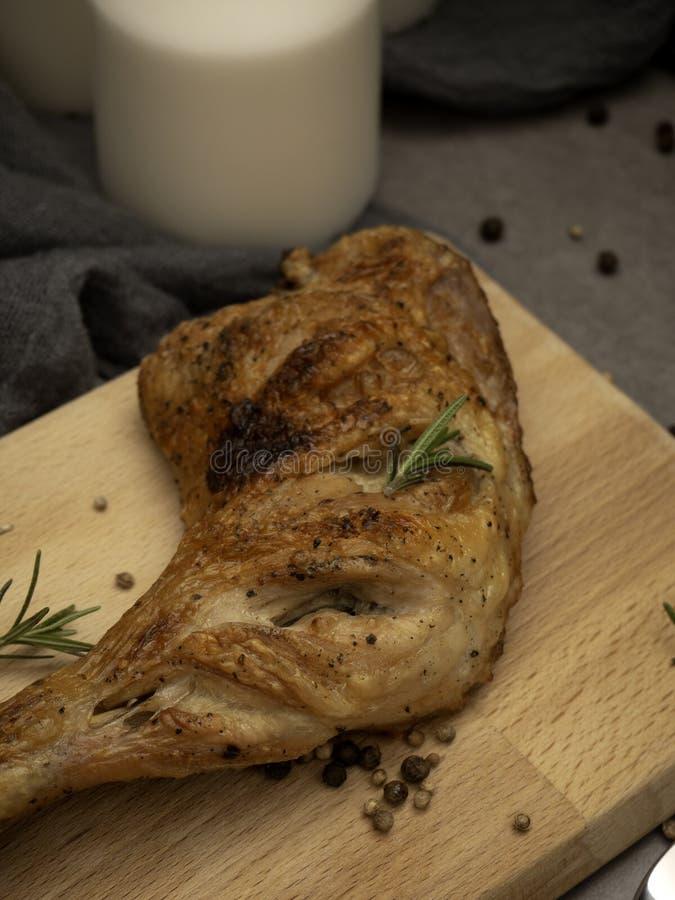 Ψημένα στη σχάρα πόδια κοτόπουλου με τα τρόφιμα καρυκευμάτων στοκ εικόνες με δικαίωμα ελεύθερης χρήσης