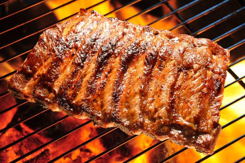 Ψημένα στη σχάρα πλευρά χοιρινού κρέατος στοκ εικόνες με δικαίωμα ελεύθερης χρήσης