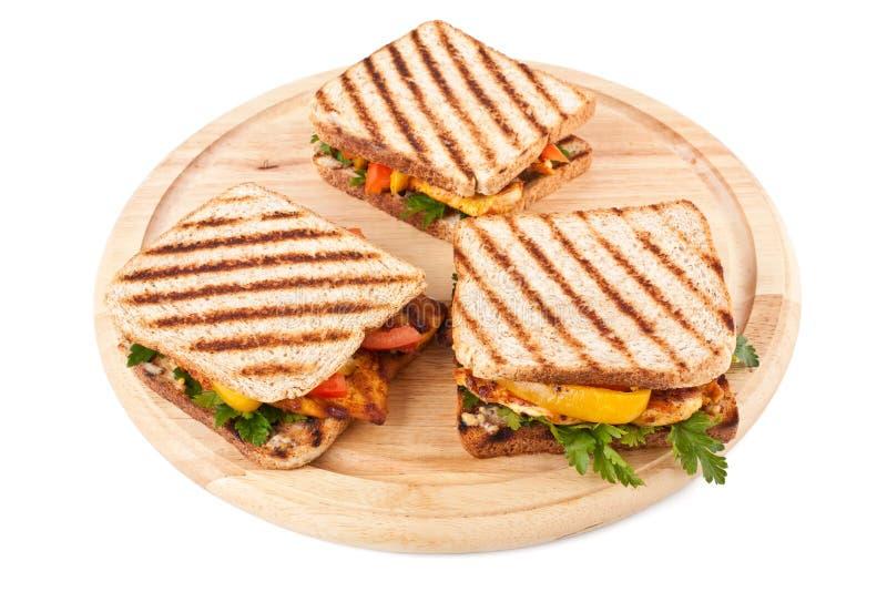 Ψημένα στη σχάρα σάντουιτς με τα λαχανικά και το κοτόπουλο στοκ εικόνα